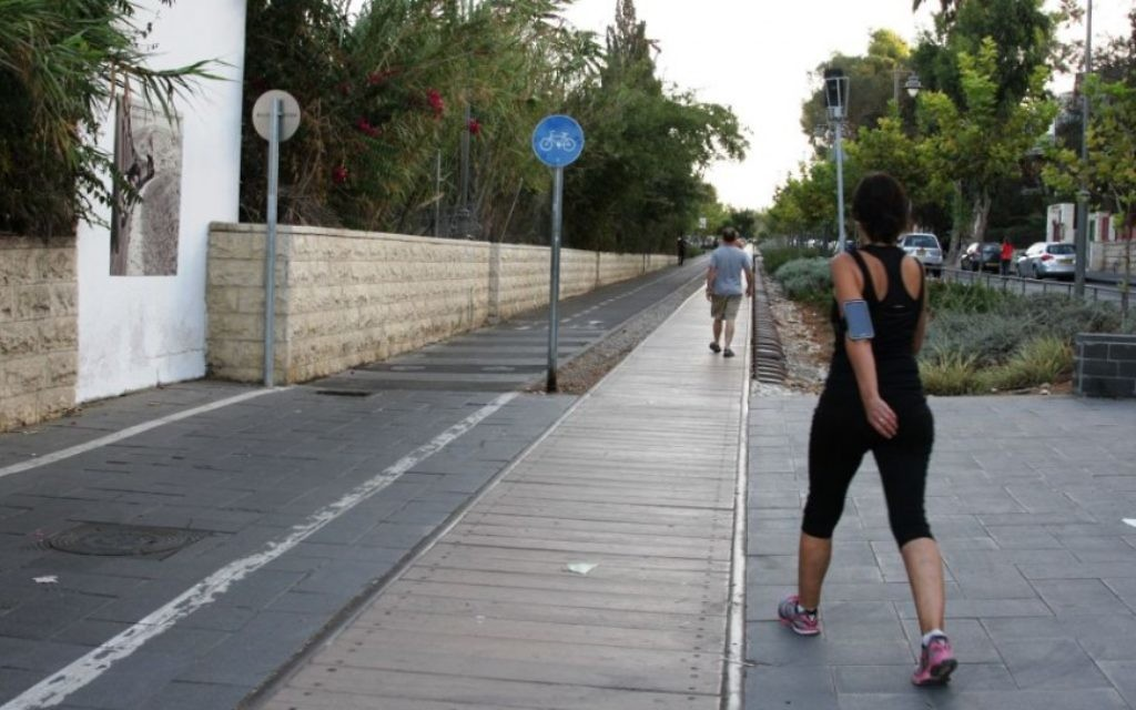 Le parc Hamesila à Bak'a, Jérusalem (Crédit : Shmuel Bar-Am)
