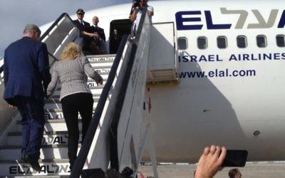 Le Premier ministre Benjamin Netanyahu et son épouse Sara embarquent à bord d'un avion EL Al à destination de New York, le 29 septembre 2015. (Crédit : Raphael Ahren/Times of Israel)