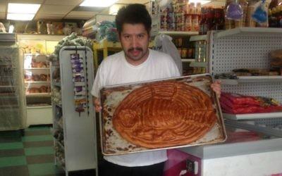 """Alejandro Bautista de la boulangerie Las Lomas Bakery a réussi à reproduire le """"pan de siete cielos"""". Depuis Puebla, le boulanger a déclaré que le pain lui rappelle les pains mexicains symboliques introduits par les conquistadors espagnols. (Crédit : Ronit Treatman/Times of Israel)"""