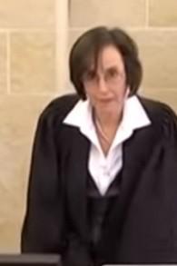 La juge Dita Proginin (Crédit : capture d'écran YouTube)