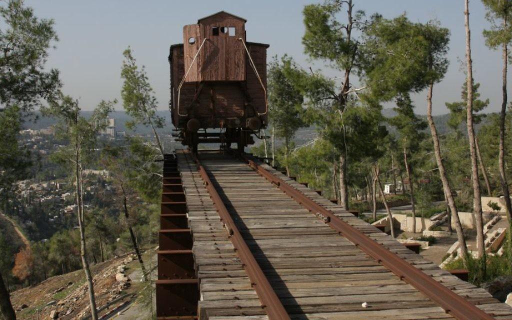 Des wagons à bestiaux comme celui-ci, exposé à Yad Vashem, ont été utilisés pour transporter des Juifs vers les camps de concentration. (Crédits : Shmuel Bar-Am)