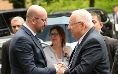 Le Premier ministre belge Charles Michel, à gauche, accueille le président israélien Reuven Rivlin à Bruxelles, en Belgique, le 20 juin 2016. (Crédit photo: Mark Neyman / GPO)