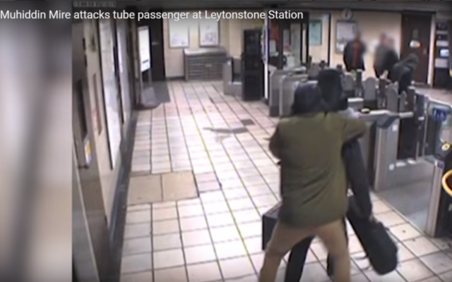 Capture d'écran d'une vidéo amateur de l'attaque dans le métro londonien par Muhaydin Mire, décembre 2015 (Crédit : capture d'écran YouToube)