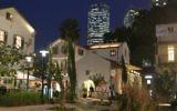 Sarona la nuit, avec les tours ultra-modernes Azraeli de Tel-Aviv en arrière-plan. (Photo: Shmuel Bar-Am)