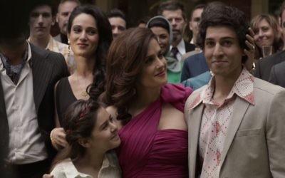'Septembres à Shiraz' parle de la lutte d'une famille juive  dans l'Iran d'après 1979. Salma Hayek, au centre, joue la mère de Parviz, à droite  (Jamie Ward) et de Shirin (Ariana Molkara). (Capture d'écran: YouTube)