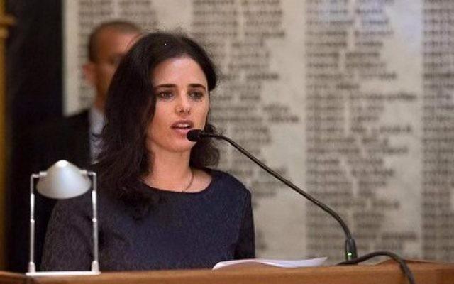 La ministre de la Justice Ayelet Shaked au Barreau de Budapest devant un mur commémoratif portant les noms des avocats juifs de la ville qui ont été assassinés pendant la Shoah. Shaked était en Hongrie pour assister à une conférence visant à éliminer l'incitation et l'antisémitisme sur Internet, le 6 juin 2016 (Crédit : Facebook)