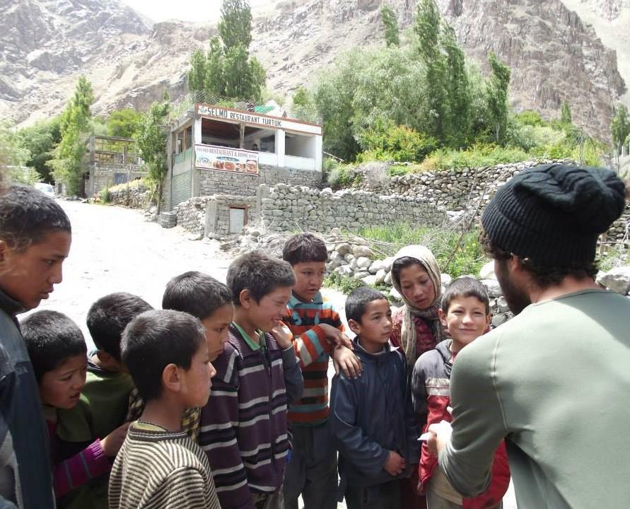 Shalev Peller effectuant un tour de magie devant des enfants dans la vallée de Nubra, en Inde (Autorisation: Shalev Peller)