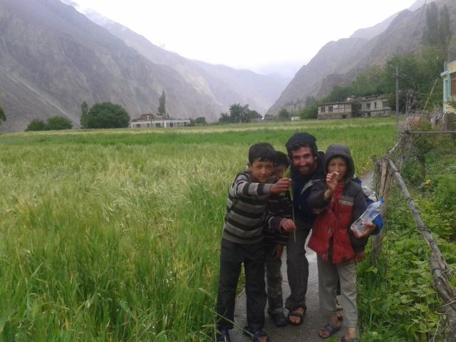 Shalev Paller avec des enfants dans la vallée de Nubra en Inde (Autorisation: Shalev Paller)
