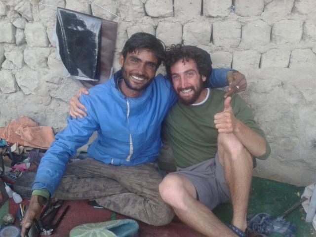Shalev Paller avec Rajaswa, un cordonnier, à Leh, en Inde (Autorisation: Shalev Paller)