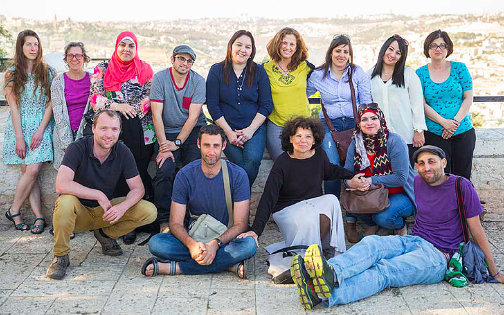 Les 15 enseignants qui ont participé au projet de coexistence Salle des profs 2016, qui comprend une exposition de photos visible au YMCA de Jérusalem. (Crédit : Dana Talel)