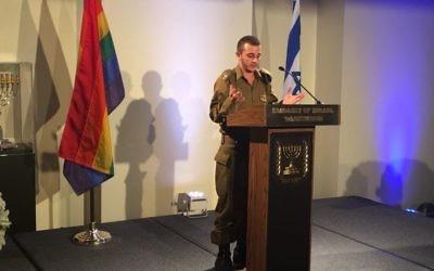 Le lieutenant Shachar, premier officier transgenre d'Israël, pendant un évènement célébrant la fierté homosexuelle à l'ambassade d'Israël aux Etats-Unis, à Washington, D.C., le 20 juin 2016. (Crédit : Ron Kampeas)