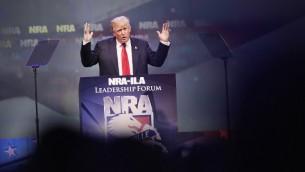 Le candidat républicain à la présidentielle Donald Trump prononce un discours  lors de la Convention de la NRA à Louisville, Kentucky le 20 mai 2016. (Photo: Scott Olson / Getty Images / AFP)