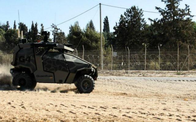 Un véhicule sans conducteur de l'armée israélienne près de la partie sud de la clôture de la frontière entre Israël et la bande de Gaza. (Crédit : Zev Marmorstein/unité des portes-paroles de l'armée israélienne)