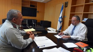Le ministre de la Défense Avigdor Liberman (à droite) rencontre le chef d'Etat-major de Tsahal Gadi Eisenkot (à gauche) le 31 mai 2016 (Crédit : Ariel Harmoni/Ministère de la Défense)