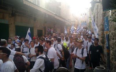 Des participants à la marche annuelle lors de Yom Yeroushalayim dans le quartier musulman, le 5 juin 2016 (Crédit : Judah Ari Gross/Times of Israel)