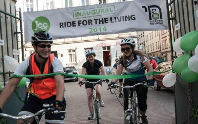 Robert Desmond (à gauche) à la ligne d'arrivée de la «Ride for the Living» en Juin 2014. (Autorisation)