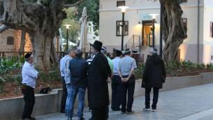 Des personnes devant le restaurant Wilhelmina à Sarona, Tel Aviv. (Photo: Shmuel Bar-Am)