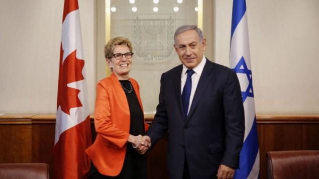Le Premier ministre Benjamin Netanyahu et la Première ministre de la province canadienne de l'Ontario Kathleen Wynne, au bureau du premier ministre à Jérusalem, le 18 mai 2016. (Crédit : autorisation/bureau de Kathleen Wynne)