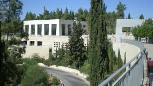 """Yad Vashem, """"une main et un nom"""", a été construit en 1953 pour commémorer les victimes de la Shoah et reconnaître les non-Juifs qui ont aidé des Juifs à survivre pendant la guerre. (Crédits : Shmuel Bar-Am)"""