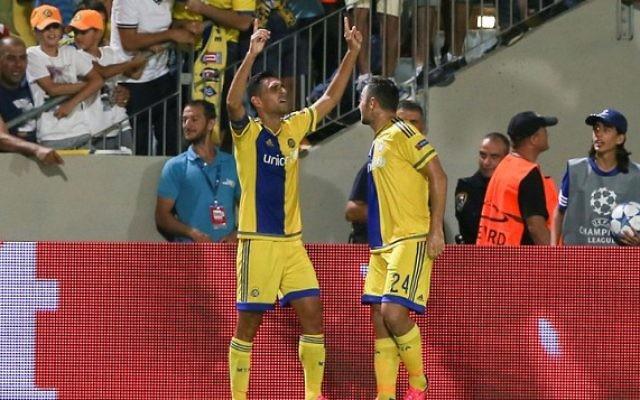 Eran Zahavi, du Maccabi Tel Aviv (à gauche), célèbre un but pendant un match préliminaire de la Ligue des Champions UEFA contre le FC Basel suisse, au stade Bloomfield de Tel Aviv, le 25 août 2015. (Crédit : Yonatan Sindel/Flash90)