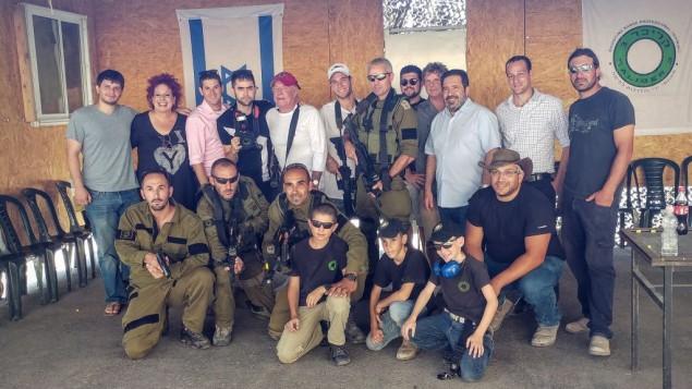 James Caan et son entourage en visite dans le Gush Etzion, le 21 juillet 2016. (Crédit : Or Gefen)