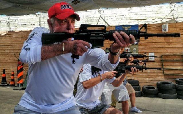 L'acteur James Caan dans un centre de formation au tir dans le Gush Etzion, le 21 juillet 2016. (Crédit : Or Gefen)