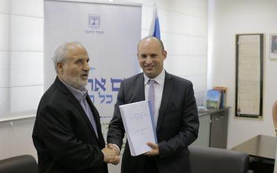 Le ministre de l'Education Naftali Bennett (à droite) sert la main du prix d'Israël Erez Biton après avoir reçu les recommandations du comité pour augmenter l'éducation sur les Mizrahi dans les écoles israéliennes, le 7 juillet 2016 (Crédit : ministère de l'Education)