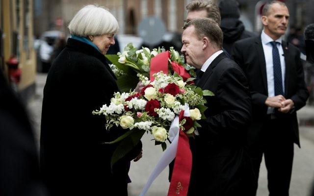 Le Premier ministre danois Lars Lokke Rasmussen parle à Bodil Uzan (à gauche), la mère de Dan Uzan qui a été tué alors qu'il travaillait comme garde de sécurité d'une synagogue, durant un hommage, à Copenhague, le 14 février 2016 (Crédit : AFP/Scanpix/Liselotte SABROE)
