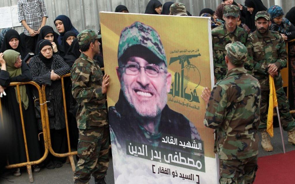 Portrait de Mustafa Badreddine, commandant du Hezbollah tué dans une attaque en Syrie, vu lors de ses funérailles dans le quartier Ghobeiry du sud de Beyrouth, le 13 mai 2016. (Crédit : Anwar Amro/AFP)