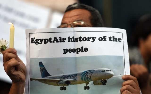 Les journalistes égyptiens allument une bougie à la mémoire des victimes de EgyptAir MS804 devant le Syndicat des journalistes au Caire le 24 mai 2016. (Crédit : Mohamed el-Shahed / AFP)