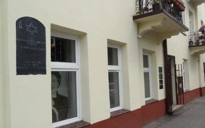 Cette photo prise le 23 juin 2016 montre la maison de la rue Planty à Kielce, où la police communiste, des soldats et des métallos ont tué 37 Juifs le 4 Juillet 1946. (Crédit : AFP PHOTO / Bernard Osser)
