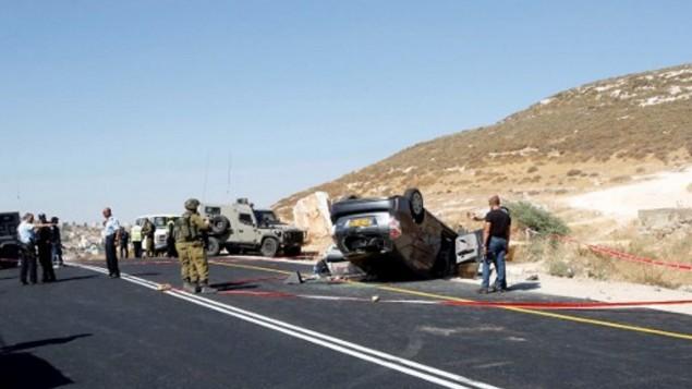 La police israélienne recherche des preuves sur la scène d'une attaque  qui a tué un Israélien, le rabbin Miki Mark,  et blessé trois membres de sa famille, au sud de Hébron, le 1er juillet 2016. (Crédit : AFP/Hazem Bader)