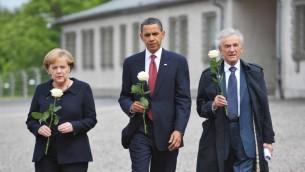 Le président américain Barack Obama (au centre), la chancelière allemande Angela Merkel et le survivant de l'Holocauste et prix Nobel de la Paix Elie Wiesel au camp de concentration de Buchenwald, près de Weimar, en Allemagne, le 5 juin 2009. (Crédit : AFP/Mandel Ngan)