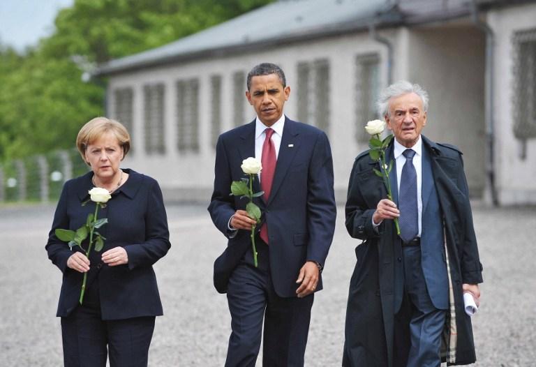 Le président américain Barack Obama (au centre), la chancelière allemande Angela Merkel et le survivant de l'Holocauste et prix Nobel de la Paix Elie Wiesel au camp de concentration de Buchenwald, près de Weimar, en Allemagne, le 5 juin 2009. (Crédit : Mandel Ngan/AFP)