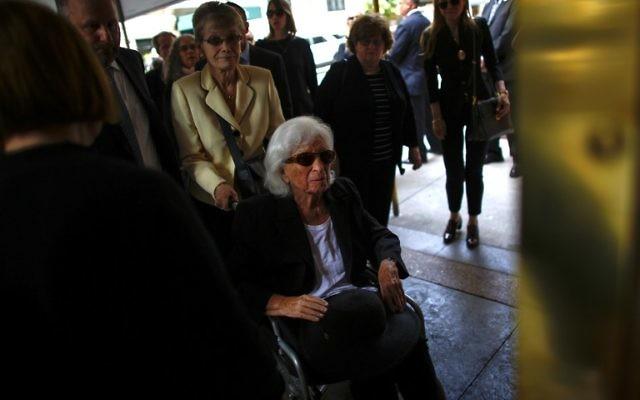 Marion Wiesel, épouse du prix Nobel et survivant de l'Holocauste Elie Wiesel, arrive pour son enterrement à New York le 3 juillet 2016. (Crédit : AFP / KENA BETANCUR)