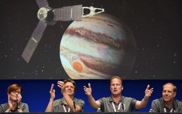 Diane Brown, directrice du programme Juno de la NASA, Scott Bolton, responsable scientifique de Juno,  Rick Nybakken et Guy Beutelschies, directeurs du projet Juno, et Lockheed Martin, directeur de l'exploration spatiale, célèbrent la mise en orbite de Jupiter de la sonde Juno, à Pasadena, le 4 juillet 2016. (Crédit : AFP/Robyn Beck)