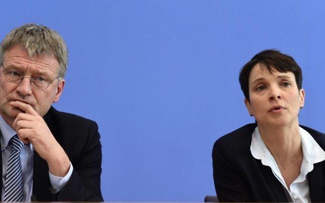 La chef de la droite populiste Alternative pour l'Allemagne (Afd) Frauke Petry (d), et Joerg MEUTHEN lors d'une conférence de presse à Berlin. le 14 mars 2016 (Crédit : AFP / John MacDougall)