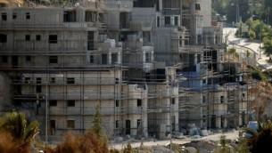 Des immeubles en construction dans l'implantation juive de Kiryat Arba, près de Hébron, le 6 juillet 2016. (Crédit : AFP/Hazem Bader)