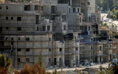 Des immeubles en construction dans l'implantation juive de Kiryat Arba, près de Hébron, le 6 juillet 2016. (Crédit : Hazem Bader/AFP)