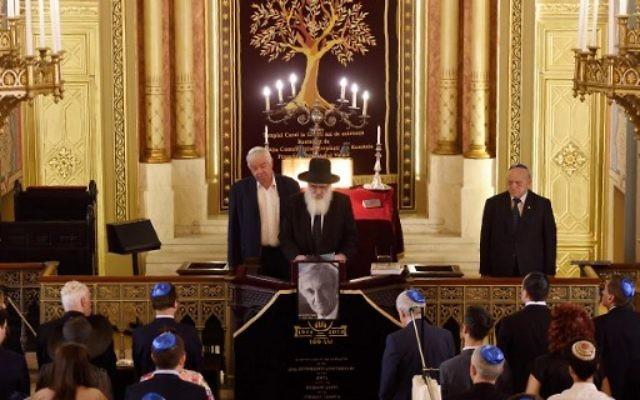 Des Roumains, membres de la communauté juive lors d'un service à la mémoire du survivant de l'Holocauste, Elie Wiesel, au Choral Temple à Bucarest, le 7 juillet 2016 (Crédit : AFP PHOTO / DANIEL MIHAILESCU)