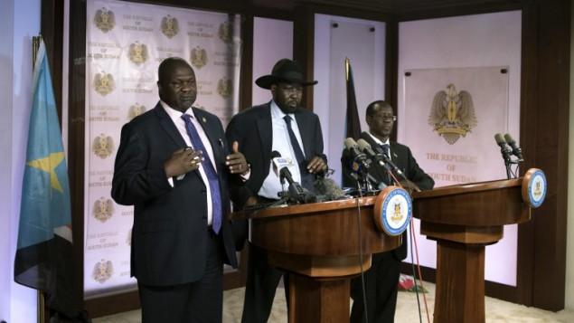 Le premier vice-président Riek Machar (à gauche) s'adresse aux journalistes aux côtés du président du Soudan du Sud, Salva Kiir (au centreà et du vice-président James Wani Igga (à droite) à Juba, le 8 juillet 2016. (Crédit : AFP/Charles Atiki Lomodong)