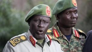 L'ancien chef de la formation générale de l'Armée de libération du peuple soudanais et ancien général de l'opposition Dau Athorjang (à gauche) pendant une conférence de presse à Juba, le 10 juillet 2016. (Crédit : AFP/Charles Atiki Lomodong)