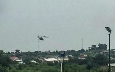 Des hélicoptères militaires du gouvernement du Soudan du Sud survolent la capitale Juba, en proie à de lourds combats, le 11 juillet 2016. (Crédit : AFP/STR)