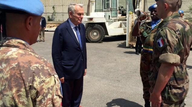 Le ministre français des Affaires étrangères, Jean-Marc Ayrault (au centre) au centre de commandement de la FINUL (Force intérimaire des Nations Unis au Liban) à Naqura, au sud  de Beyrouth, le 11 juillet 2016. (Crédit : AFP/Mohammad al-Ghandour)