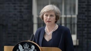 La nouvelle Première ministre britannique Theresa May devant le 10 Downing Street dans le centre de Londres, le 13 juillet 2016 (Crédit : AFP/OLI SCARFF)