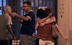 """Des gens réagissent sur la Promenade des Anglais, à Nice, le 15 juillet 2016, suite à une attaque terroriste par """"camion-bélier"""" (Crédit : AFP/Valery Hache)"""