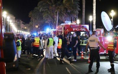 Des camions d'ambulance à Nice après l'attaque au 'camion-bélier' le 14 juillet 2016 (Crédit : Valery Hache/AFP)