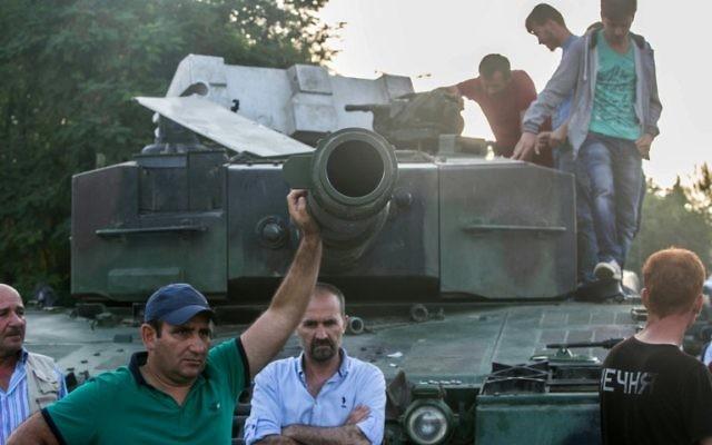 Reprise d'une position militaire sur le pont du Bosphore à Istanbul le 16 juillet 2016, suite à un coup d'Etat militaire apparemment maîtrisé en Turquie. (Crédit : AFP / Gürcan OZTURK)