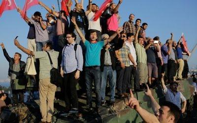 Célébrations sur le pont du Bosphore à Istanbul le 16 juillet 2016, après l'échec d'un coup d'Etat militaire. (Crédit : AFP/Yasin Akgul)