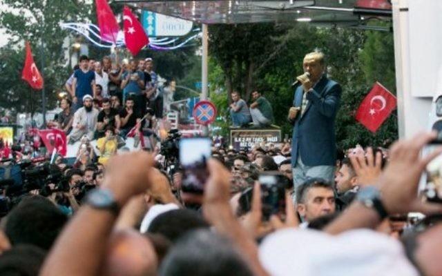 Le président turc Recep Tayyip Erdodan prononce un discours pendant un rassemblement près de son domicile d'Istanbul, le 16 juillet 2016. (Crédit : AFP/Gurcan Ozturk)